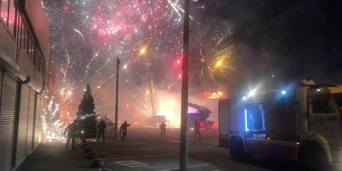 Опубликовано красочное видео горящего павильона пиротехники в Ростове