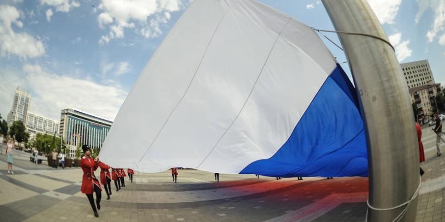 В Краснодаре в День России подняли триколор
