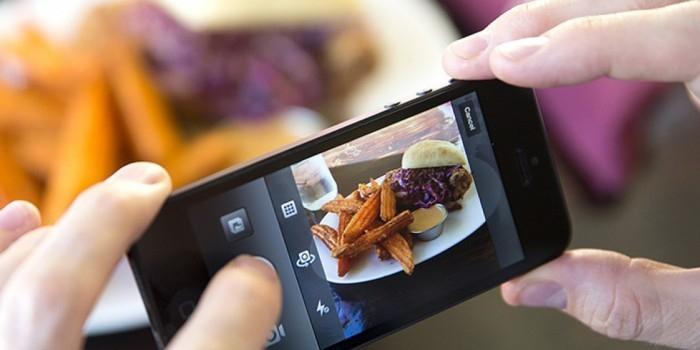 Ученые: публикация снимков еды в соцсетях улучшает ее вкус