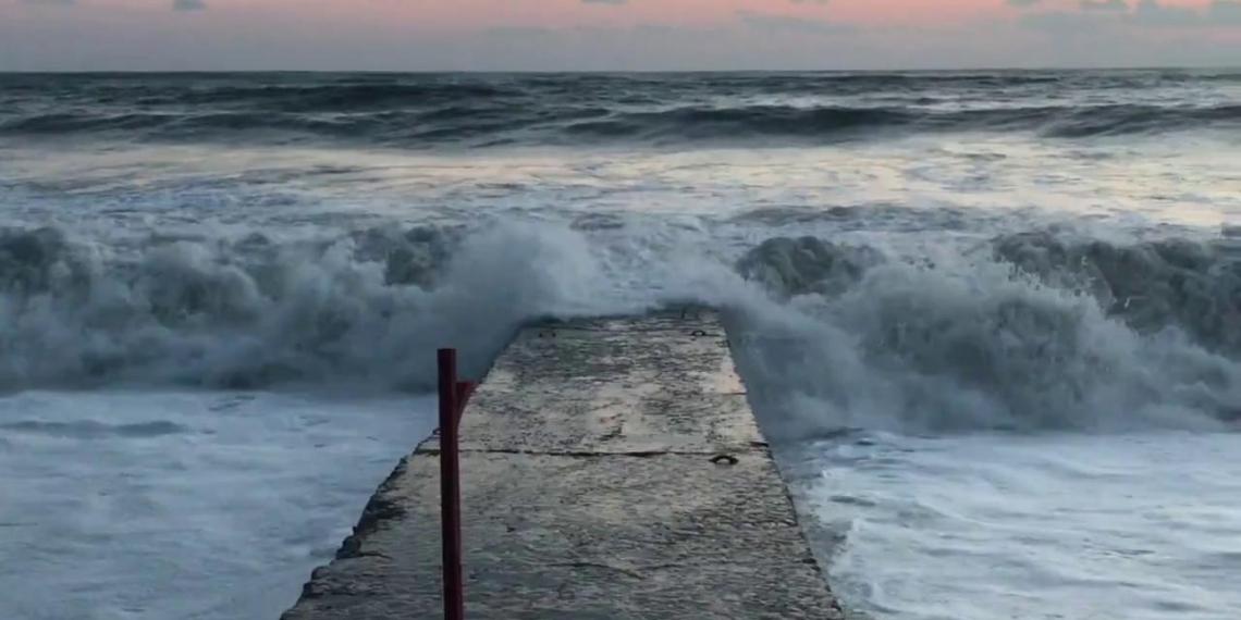 Спасение жителями Сочи купавшейся во время шторма женщины попало на видео