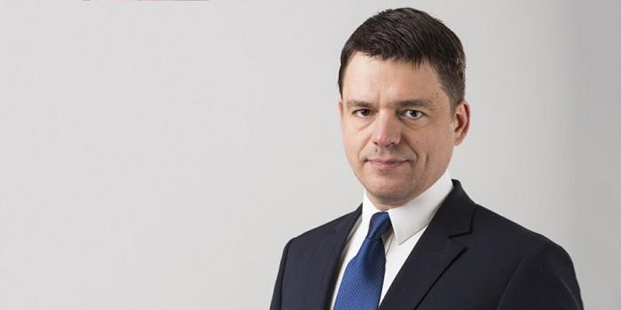 Назвавшего русскоязычных латышей вшами депутата наказали устным предупреждением