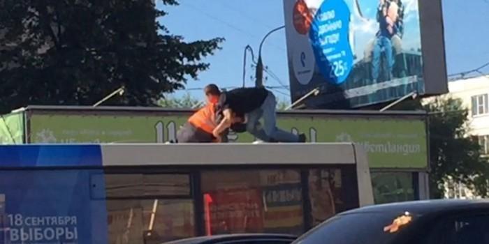 В Челябинске пассажир устроил драку с водителем, помешавшим ему танцевать на крыше автобуса