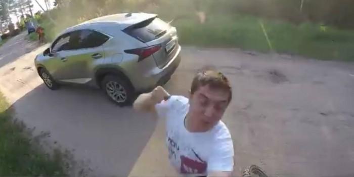 """Мотоциклист заснял зрелищную драку с пьяным водителем в стиле фильма """"Хардкор"""""""