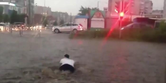 Житель Челябинской области переплыл улицу на красный свет (ВИДЕО)