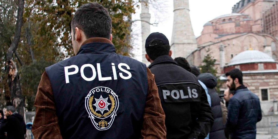В Турции преступник с ножом напал на троих россиян