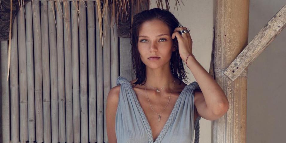 Мокрая Алеся Кафельникова снялась без трусов, показав голый зад в форме сердечка