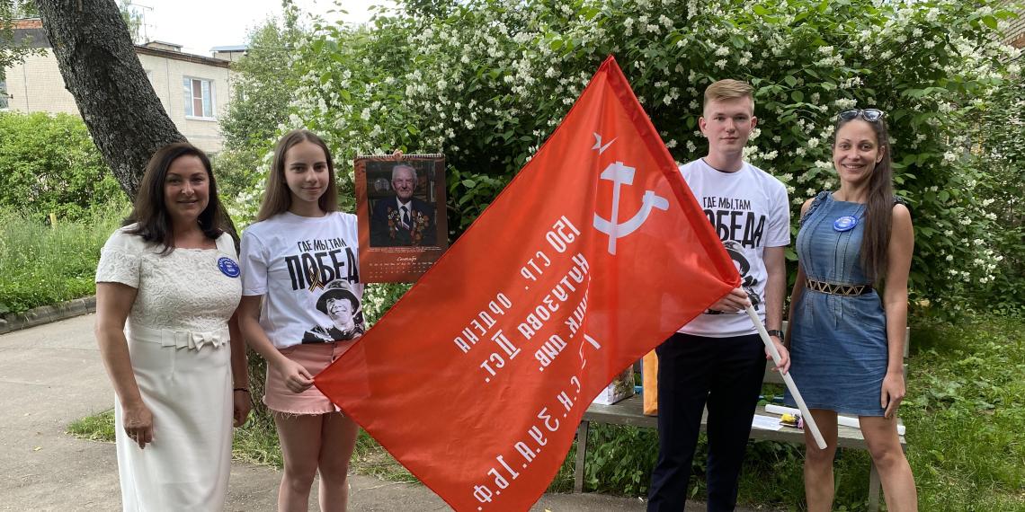 На дома ветеранов ВОВ в регионах установили Знамя Победы