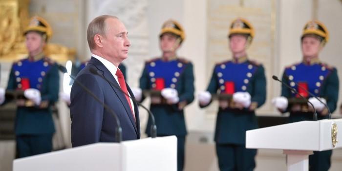 В День России Владимир Путин вручил паспорта отличившимся школьникам