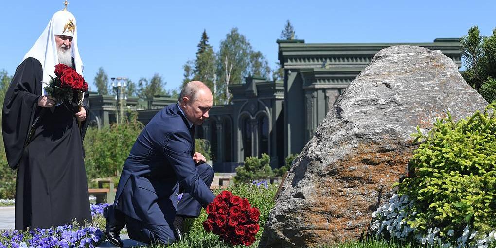 """Путин возложил цветы к монументу """"Матерям победителей"""" в Кубинке"""