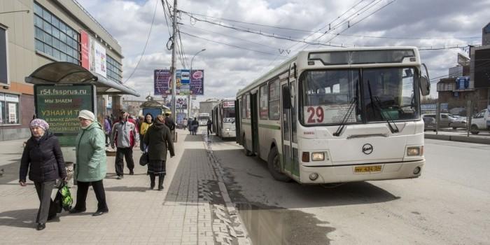 В Новосибирске автобус проехал 100 метров с зажатым в дверях ребенком в коляске