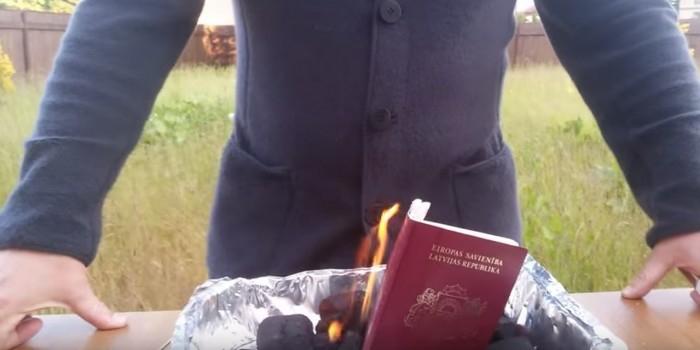 Латвийский политик сжег паспорт, протестуя против ущемления прав русских