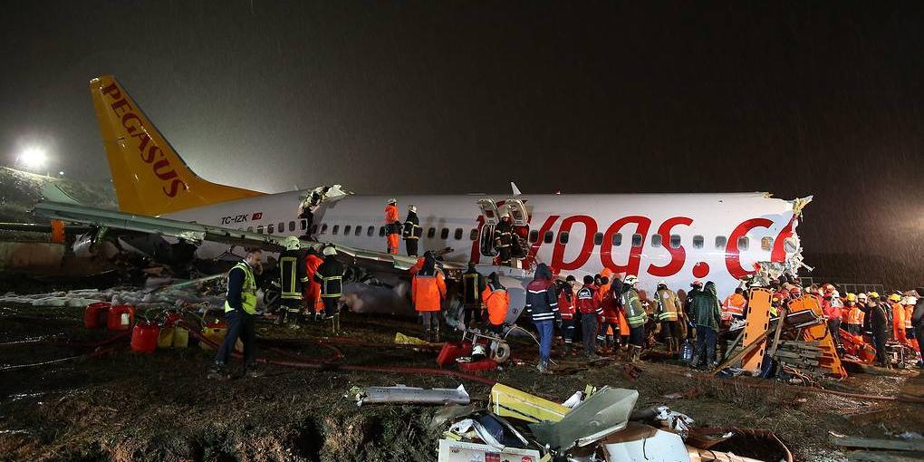 Жесткую посадку самолета в аэропорту Стамбула сняли на видео
