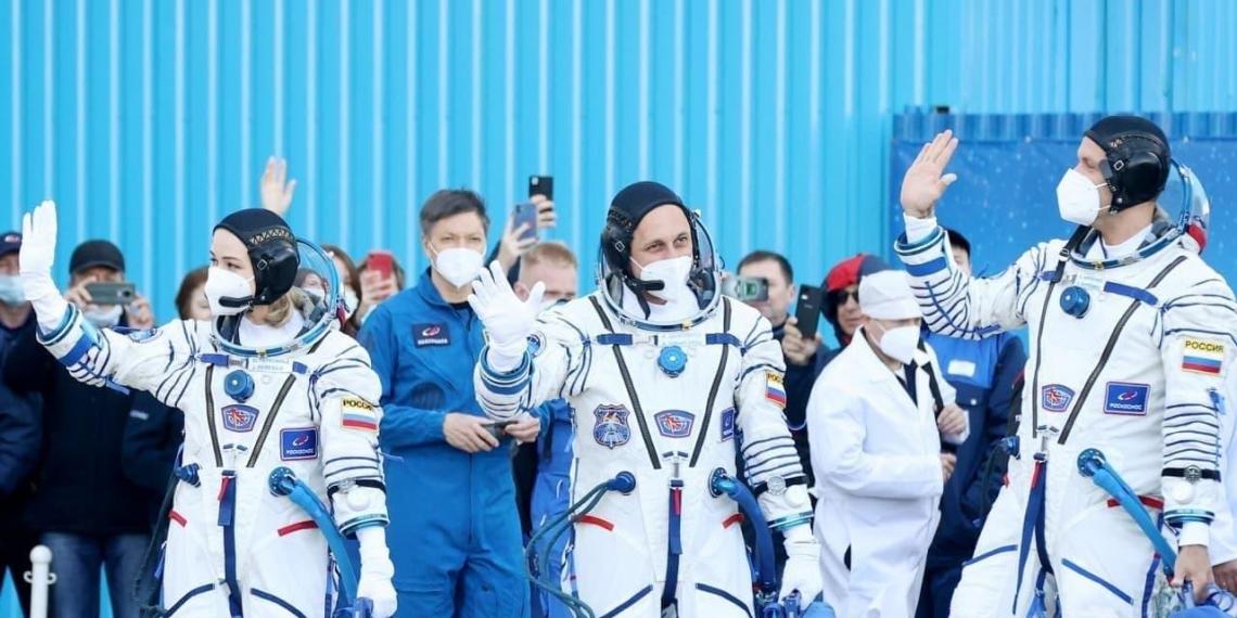 """""""Роскосмос"""" впервые в истории вывел на орбиту """"киноэкипаж"""""""