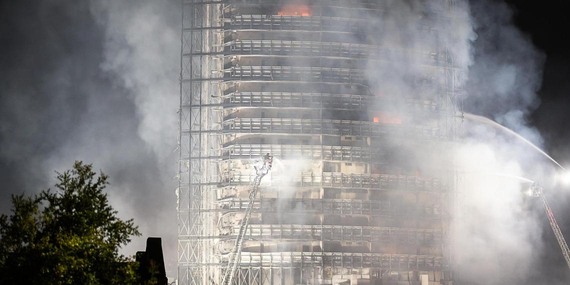 В Милане мощный пожар целиком уничтожил жилую высотку