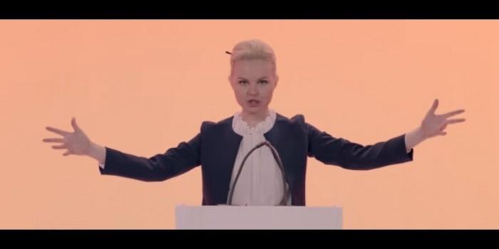"""Звезда хита про """"лабутены"""" сняла клип про озабоченных политикой школьников"""