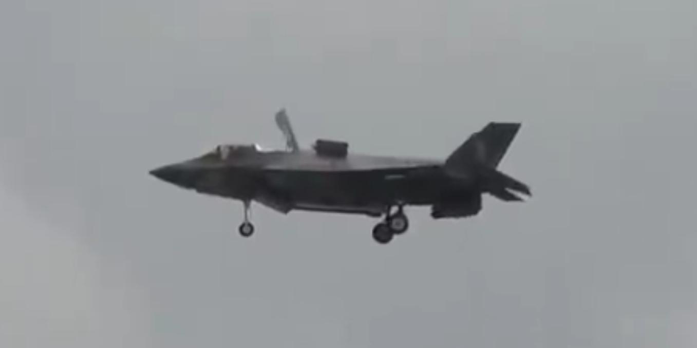 Американский истребитель F-35 продемонстрировал возможность зависать в воздухе