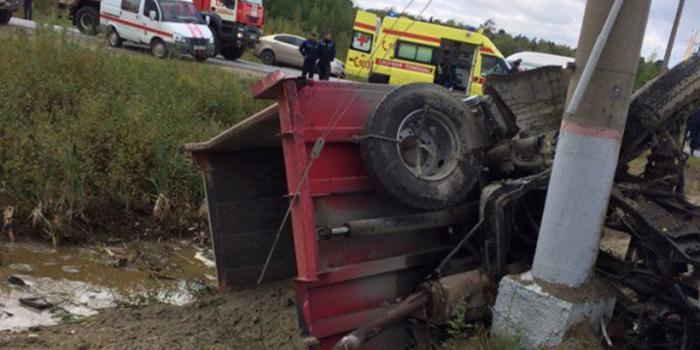 В Югре грузовик столкнулся с пассажирским поездом