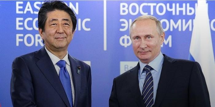 """Премьер Японии предложил Путину """"поставить точку"""" в ненормальных отношениях между странами"""