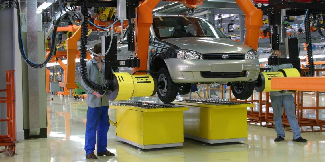 АвтоВАЗ пообещал заплатить сотрудникам за устроенных на завод друзей