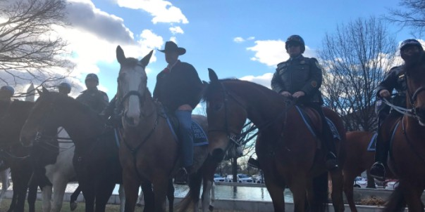 Новый глава МВД США в первый рабочий день прибыл в офис верхом на коне