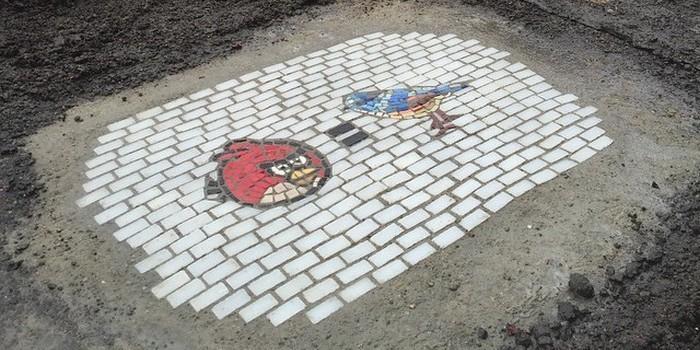 Художник решил заделывать ямы на дорогах изысканной мозаикой