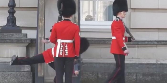 Часовой у Букингемского дворца упал на глазах у туристов (ВИДЕО)