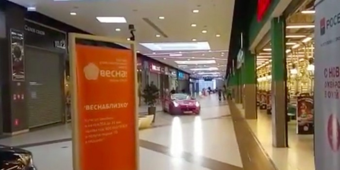 Бывший мэр Архангельска прокатился на Ferrari по московскому ТЦ