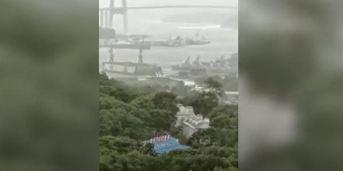 Во Владивостоке сорвавшийся во время урагана плавдок едва не повредил военные корабли