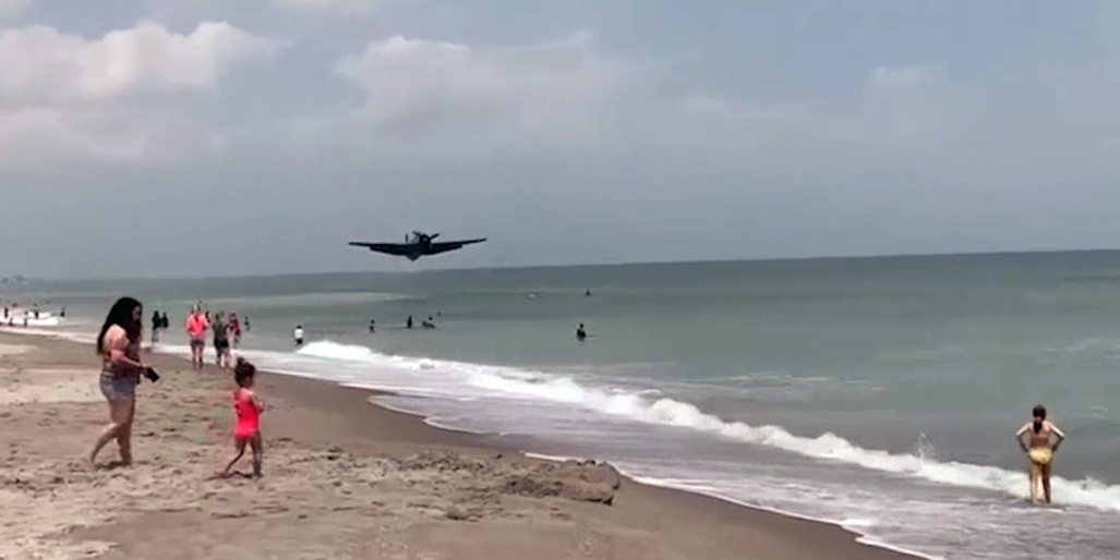 Вынужденную посадку раритетного самолета на пляже во Флориде засняли на видео