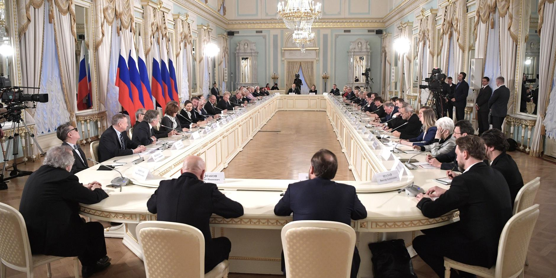 """""""Вальс тоже когда-то считался моветоном"""": Путин призвал избегать крайностей с запретами в культуре и рэпе"""