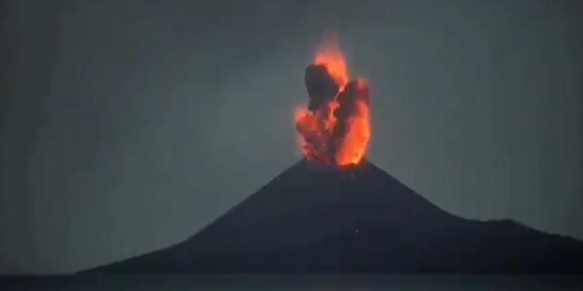 Извержение вулкана Анак-Кракатау в Индонезии сняли на видео