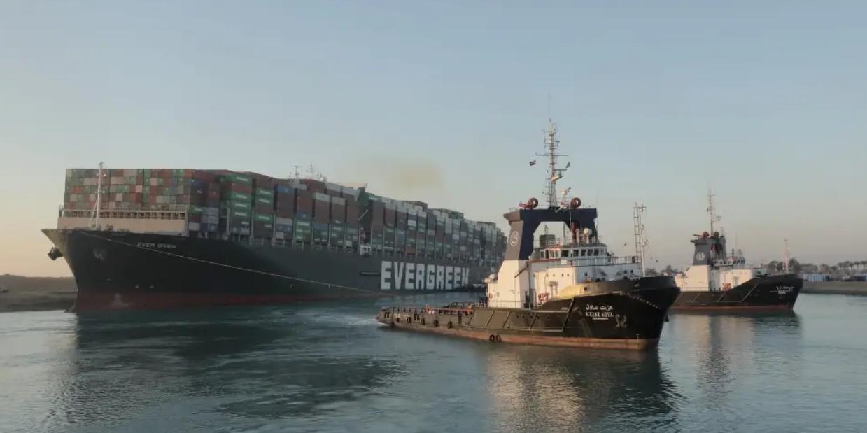 Почти снятый с мели контейнеровоз Ever Given снова перегородил канал из-за ветра