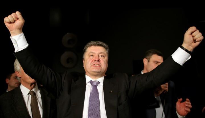 """""""Позор!"""": толпа освистала Порошенко во время возложения им цветов к кресту """"небесной сотне"""""""
