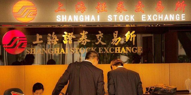 Фондовый рынок Китая продолжает падать: потеряны 6%