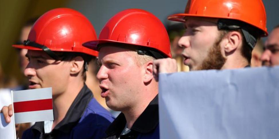 Лукашенко вступил в перепалку с рабочим, предложившим ему застрелиться