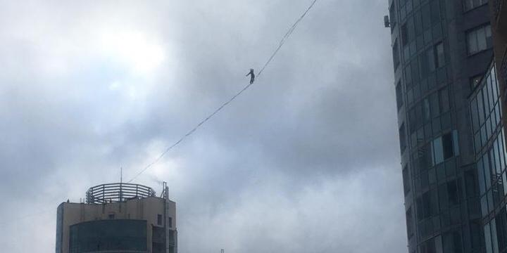 В Петербурге сняли прогулку экстремалов между 25-этажными домами