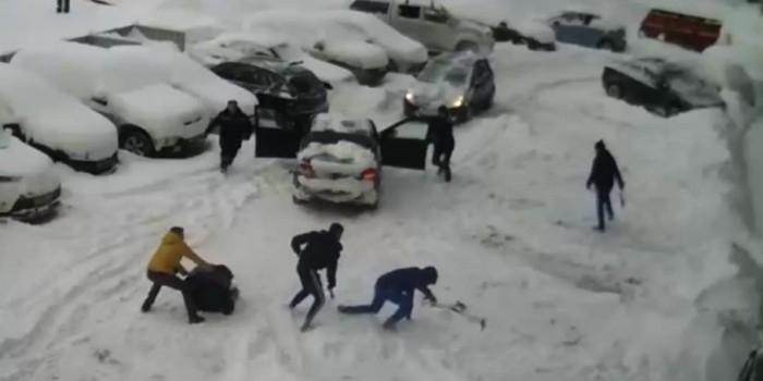 В Уфе очистка двора от снега закончилась массовой дракой