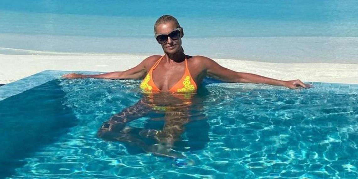 """""""Уже и лифчик сняла!"""": Волочкова показала голую грудь, возмутив поклонников"""