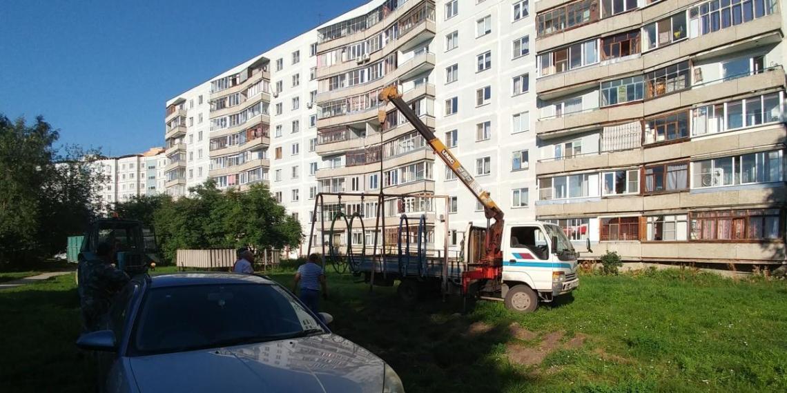 Новосибирский депутат спилил качели у детсада и установил в своем дачном поселке