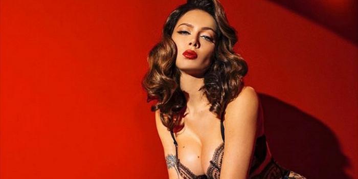 Самбурская снялась в эротической фотосессии с голой грудью и сердечками на сосках