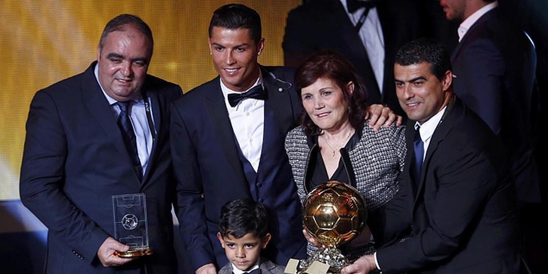 """Мать Роналду: футбольная мафия не дает сыну выиграть больше """"Золотых мячей"""""""