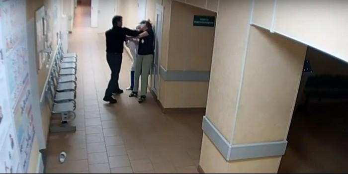 Появилось видео избиения сотрудниц больницы в Великом Новгороде