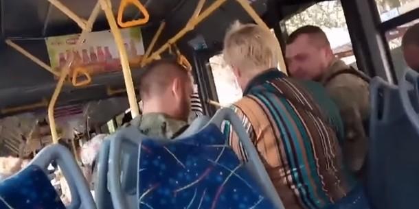 Донецкий кондуктор высадила из автобуса безбилетников с автоматами