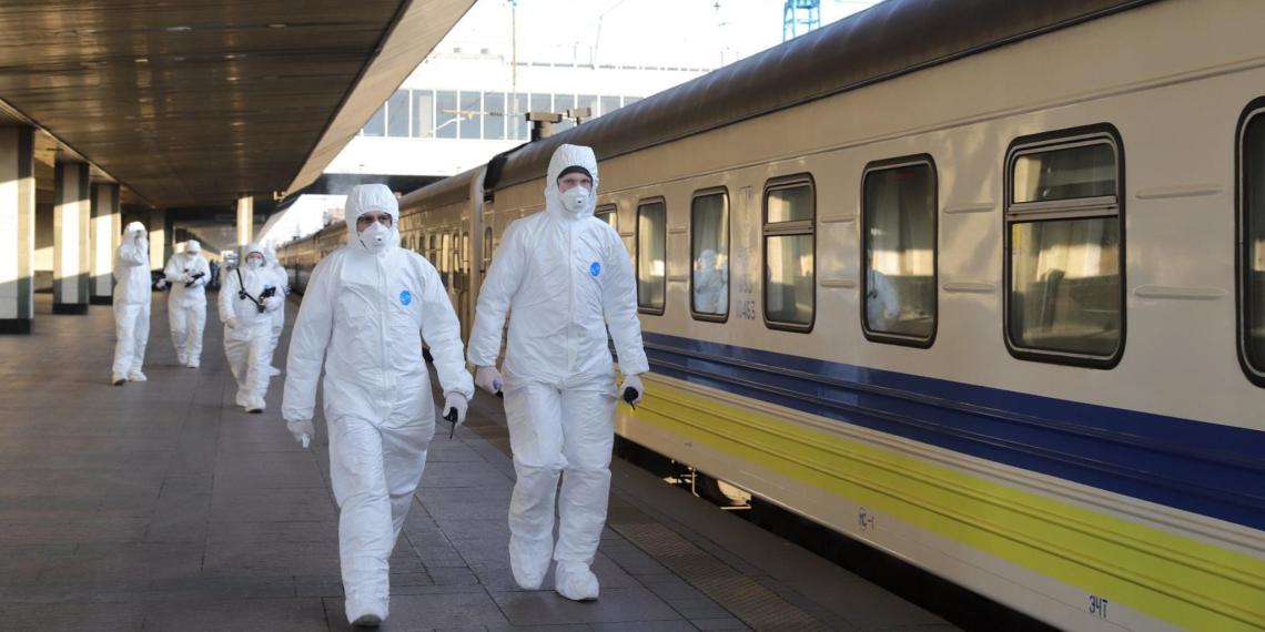Суточное число зараженных COVID-19 на Украине впервые превысило российские показатели