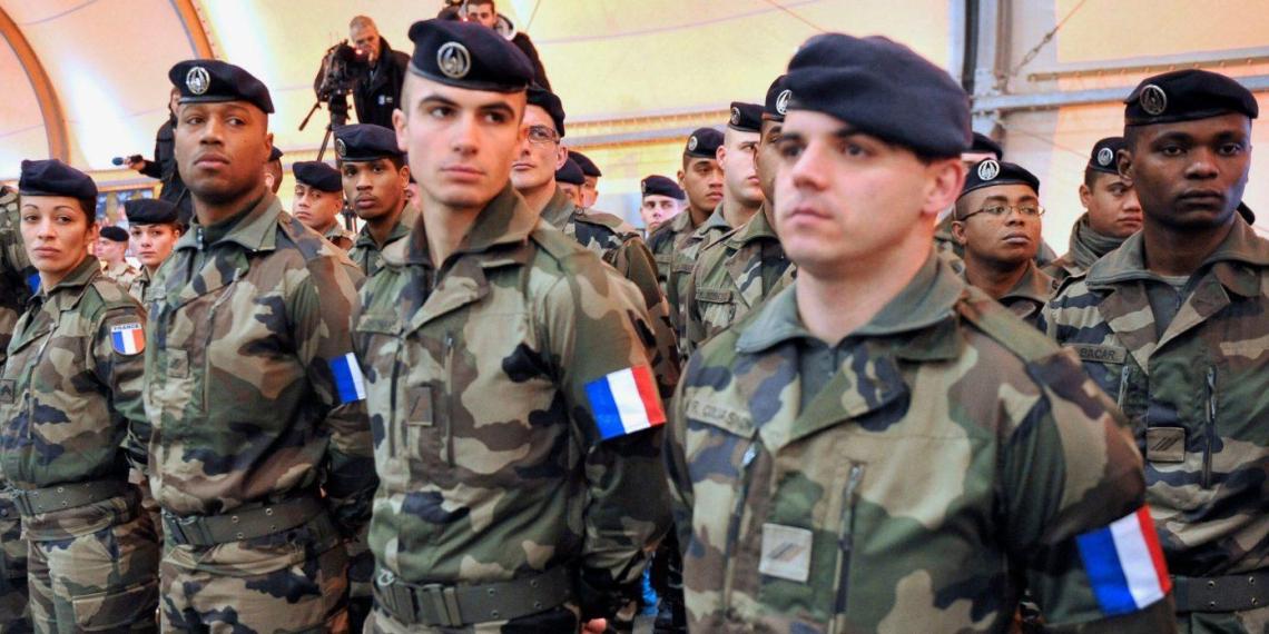 Французские военные предупредили президента об опасности начала расовой войны
