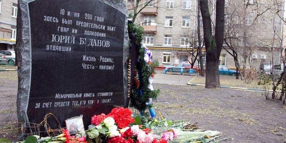 В Москве женщина в хиджабе кинула коктейль Молотова в памятник Буданову