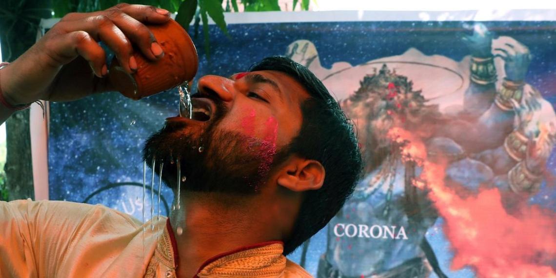 """""""Будем пить"""": индийские политики посоветовали местным жителям спасаться от коронавируса коровьей мочой"""