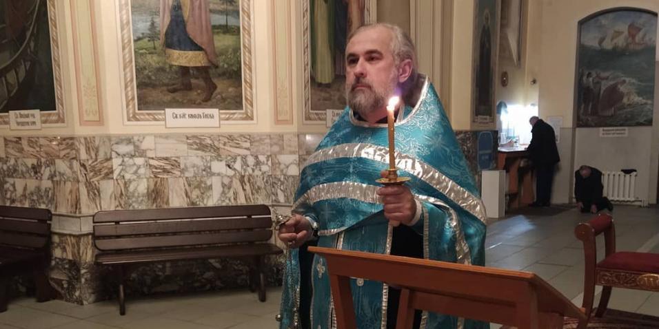 Барнаульский священник приехал на службу в церковь на черном такси с номером 666