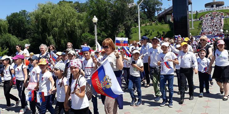 Парусная регата, этнофестивали, фейерверки: как в российских городах празднуют День России