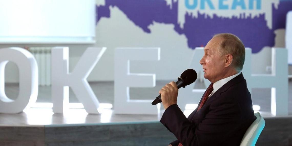 """На марафоне """"Новое знание"""" Путин исполнил мечту школьницы и пожал ей руку"""